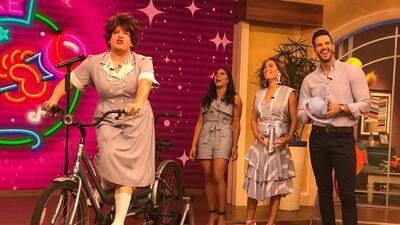 Con vestido y en tacones, Karla Martínez se subió a la bicicleta de Doña Meche (fotos)