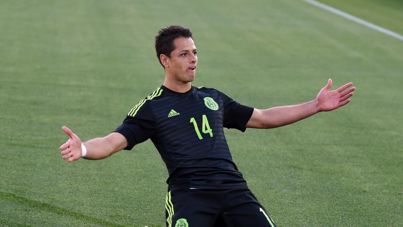 Chicharito festejando un gol con el Tri