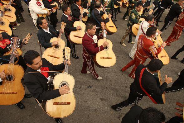 Algunos también aprovechan para disfrutar del mariachi, mú...
