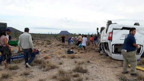 Cuerpos de emergencia asisten a los heridos tras la volcadura de la cami...
