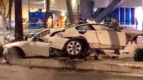 El BMW 650i de segunda generación se partió en dos al impactar un poste...