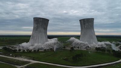 Video: El momento de la implosión de unas torres de enfriamiento icónicas en Florida