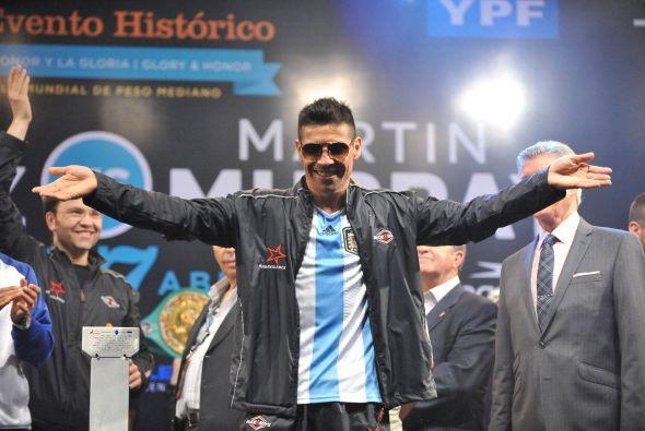Argentina arde, tiene un nuevo ídolo, no patea el balón, se dedica a box...