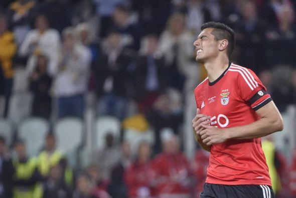 Oscar Cardozo erró el primer penalti para Benfica, con lo que Sevilla to...