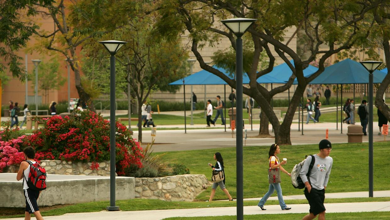 Estudiantes en el campus de Cal State Fullerton