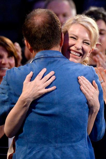 Cate Blanchett celebrando su triunfo. Mira aquí los videos más chismosos.