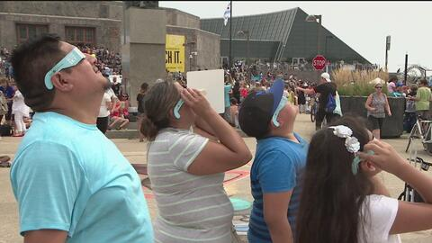 Más de 50,000 personas vieron el eclipse desde el planetario Adler