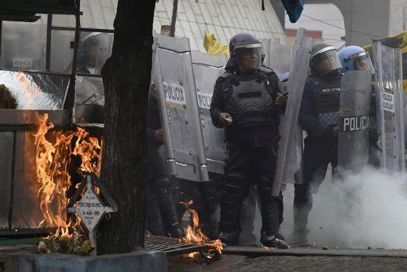 Varios policías resultaron lesionados.