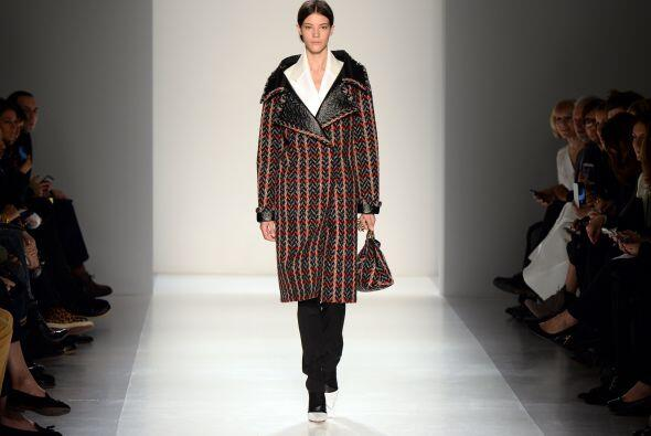 Prendas como largos abrigos y pantalones rectos fueron protagonistas de...