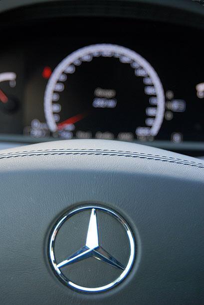 El volante ofrece terminaciones en cuero y calefacción.