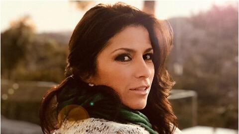 La esposa de Eugenio Derbez, Alessandra Rosaldo, carga a la peque&ntilde...