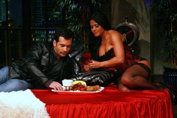 Y a medida que Dani probaba las frutas, la noche se ponía más caliente.