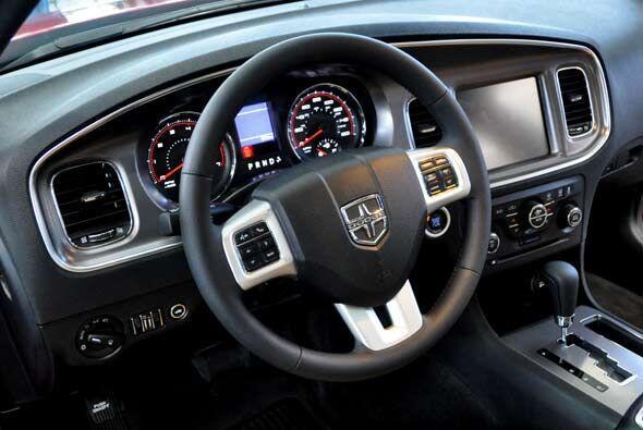 El interior del 392 tiene cosas únicas como el color y el emblema del vo...