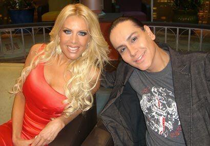 A su lado, Ricardo Vásquez, un travesti que imita a la perfección a actr...