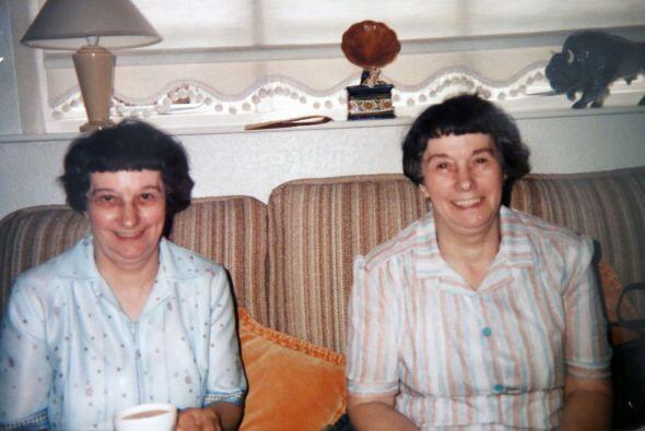 Jessie y Joan han pasado los años haciendo las mismas cosas, fueron a la...