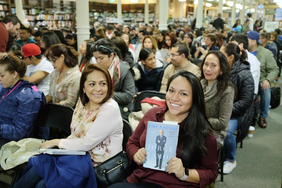 Sylvana Azana muestra su ejemplar del libro 'Sin miedo: Lecciones de...