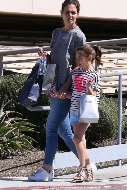 La nena salió de compras con mami Katie Holmes.