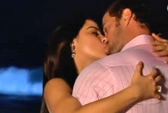 Esta pareja derrocha amor todo el tiempo y siempre se dan besos apasiona...