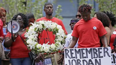 """Expolicía de Texas """"estaba bravo y descontrolado"""" cuando mató a un joven de 15 años, asegura fiscal"""