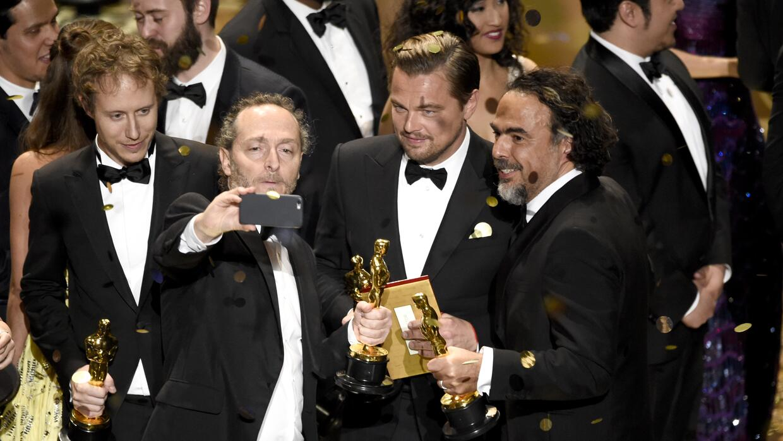 Emmanuel Lubezki, de izquierda a derecha, Leonardo DiCaprio y Alejandro...