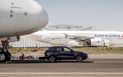 Porsche Cayenne remolca al avión de pasajeros más grande del mundo
