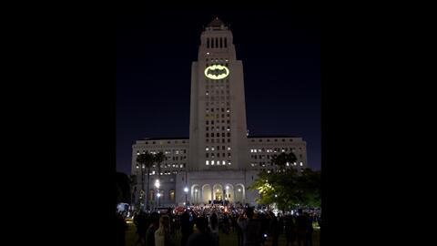 La 'batiseñal' en el City de Hall de Los Ángeles en homena...