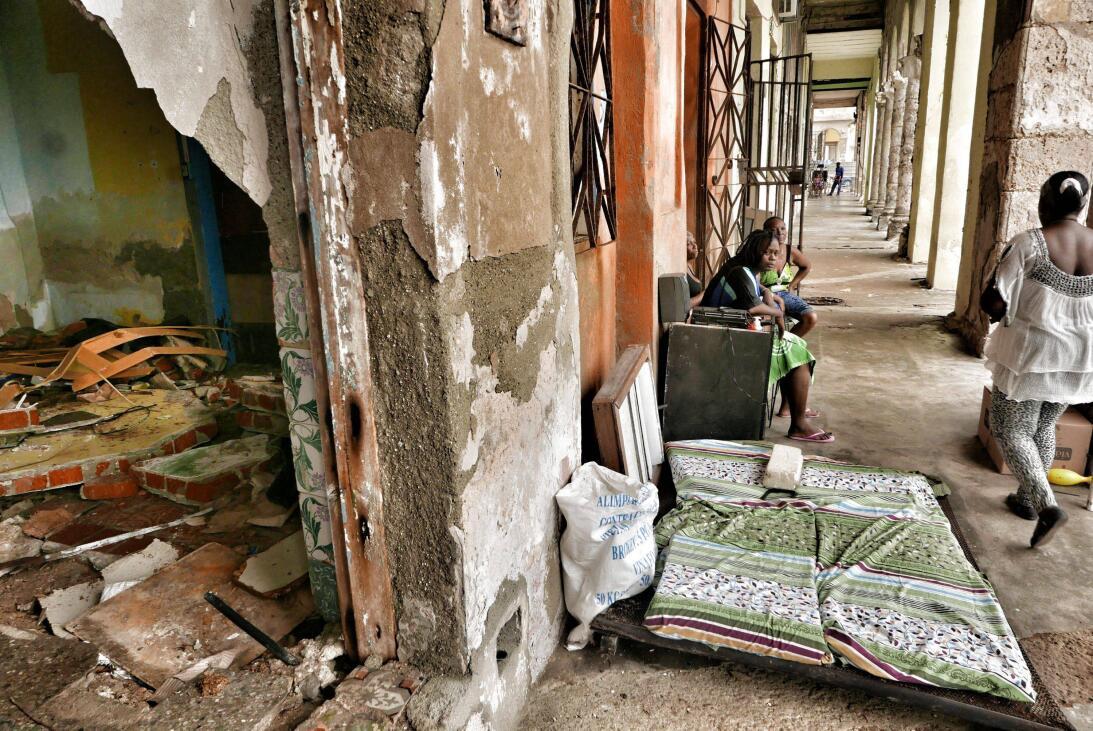 Escombros apilados en la casa de Daylin Rodríguez, habitante de La Haban...