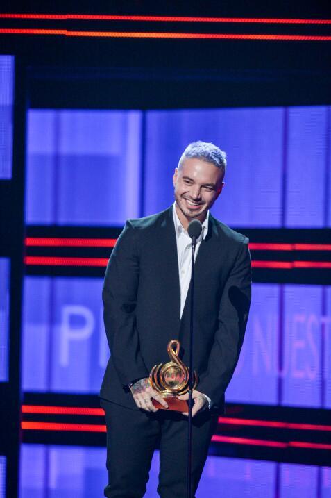 J Balvin recibió emocionado y sin palabras el galardón a Artista Premio...