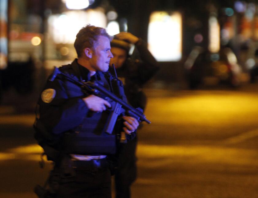 Agentes de policía tomaron el control de los Campos Elíseos tras el tiro...