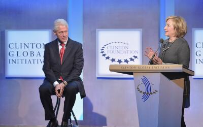 El expresidente Bill Clinton y la excandidata presidencial, Hillary Clin...