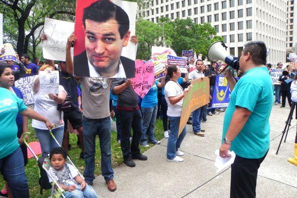 Cientos de personas se lanzaron al centro para pedir al senador de Texas...