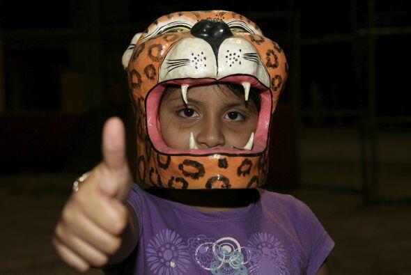 ¿Un astronauta?, no, un barra brava de Jaguares de México expresando su...
