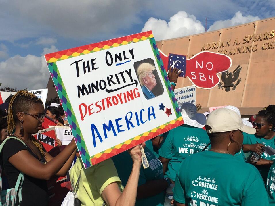 Cientos de personas protestan contra la implementación de la Ley SB4 en...