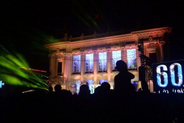 """La Plaza del Teatro de la """"pera de Hanoi se alistaba también para la hor..."""
