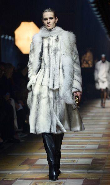 Confeccionó vestidos 'lady' con volumen en cuero y con tejido plisado pe...