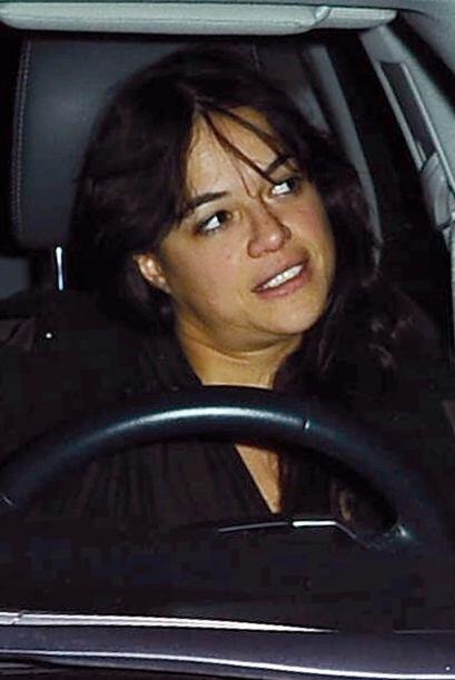 La actriz pone en riesgo su vida y la de otros conductores y transeúntes.