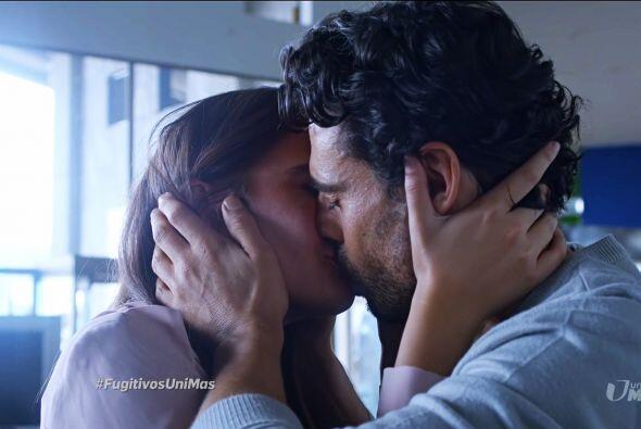 Y terminó de sellar su pacto con un romántico beso.
