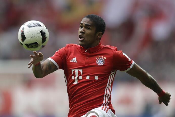 El brasileño Douglas Costa tiene un pie fuera del Bayern Múnich y sería...