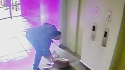 La cámara de un edificio capta el indignante maltrato de un vecino a su perro en Perú