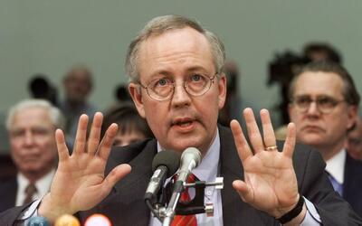 Kenneth Starr en noviembre de 1988 testificando ante el comité de...