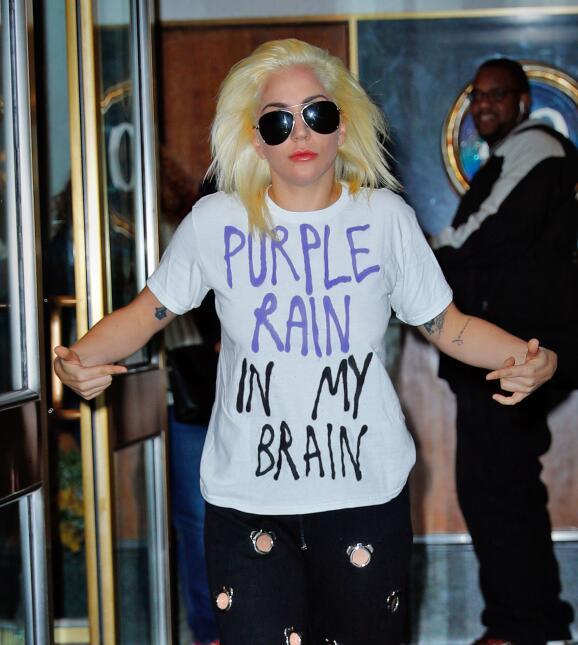 Lady Gaga con su playera en homenaje a Prince.
