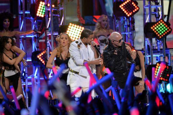 "Don Miguelo acompañó a Pitbull con la canción ""Como yo le doy""."