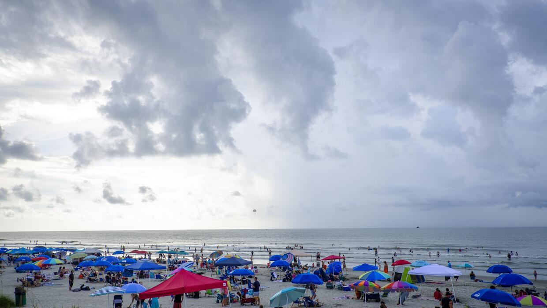 En Isla de Palmas, Carolina del sur, cientos de personas pasan un día de...