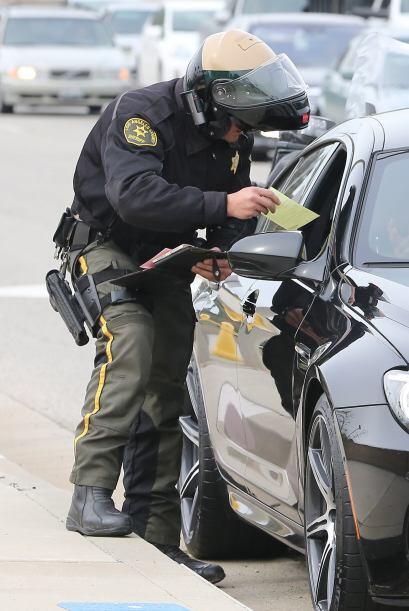 El oficial de inmediato comenzó a ponerle una multa.