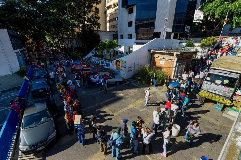 En la sede principal del Banco Central de Venezuela, en Caracas, las fil...