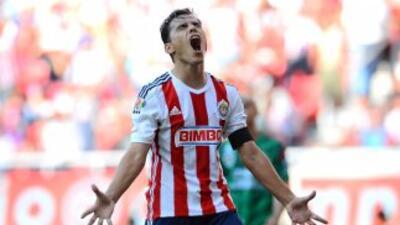 Omar Bravo durante el juego de la jornada uno del Apertura 2014 contra C...