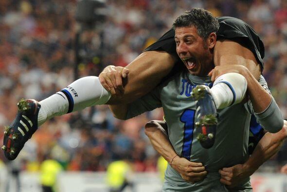El arquero interista Francesco Toldo no pudo contener su emoción, de lo...