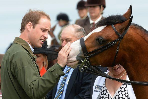 El Príncipe Guillermo reapareció en público en una...