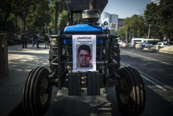 Cada uno de los tractores llevaba en su parte frontal una fotografía de...