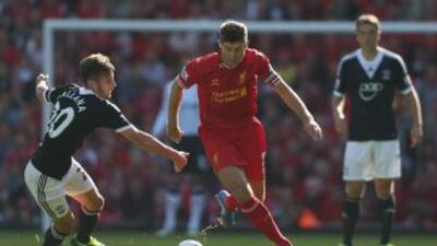 Steven Gerrard trata de pasar entre la defensa del Southampton.